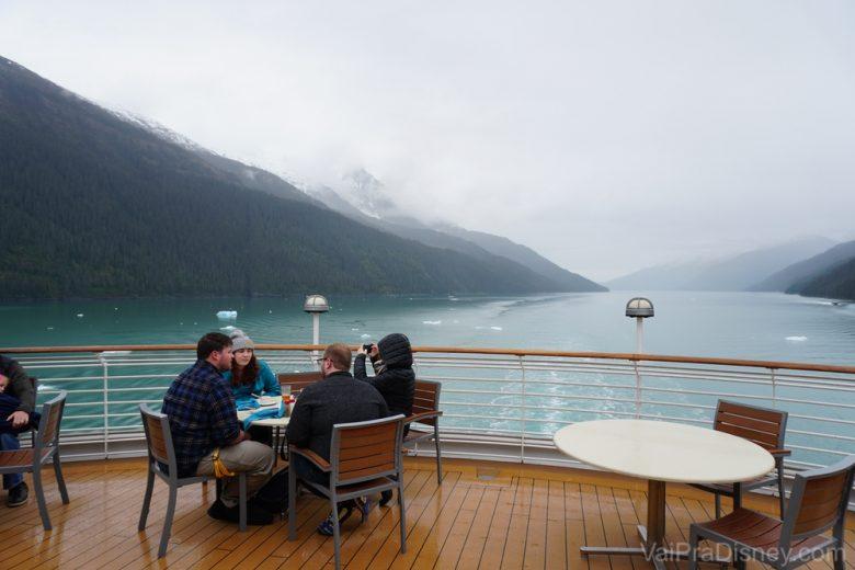 Foto da varanda do cruzeiro, com o mar e as montanhas ao fundo