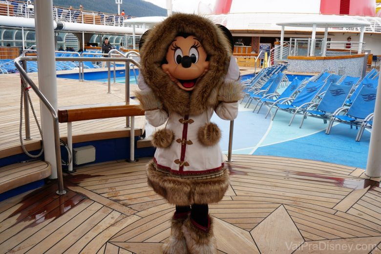Foto da Minnie com a roupa de frio durante o cruzeiro do Alaska