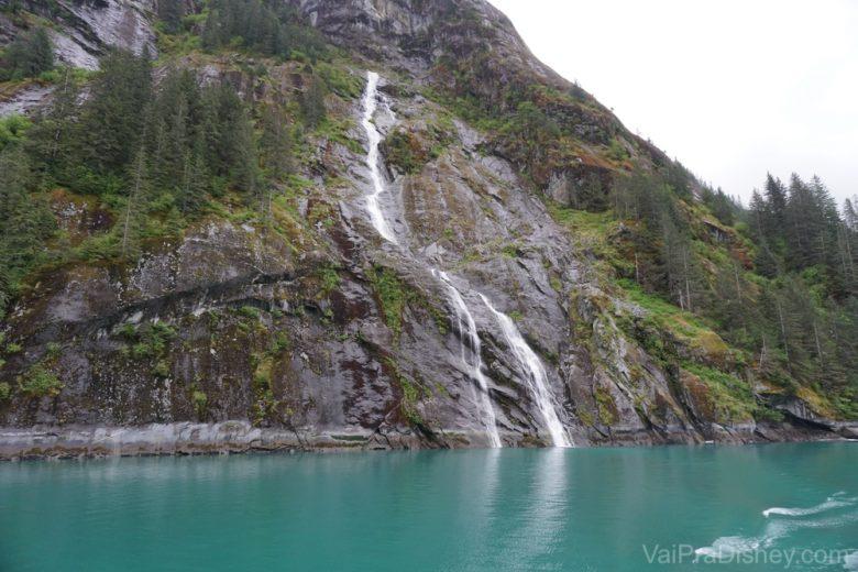 Foto de uma queda d'água vista durante o passeio pelas geleiras