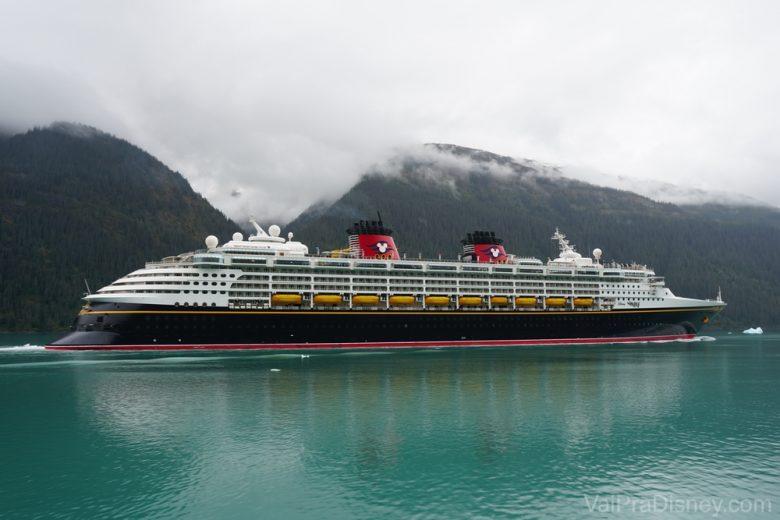 Foto do navio do cruzeiro da Disney no mar do Alaska