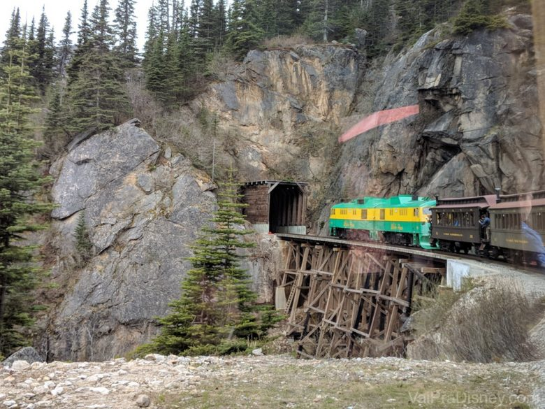 Não é fácil construir essa estrada de ferro no meio das montanhas! Impressionante (e levemente aflitivo).