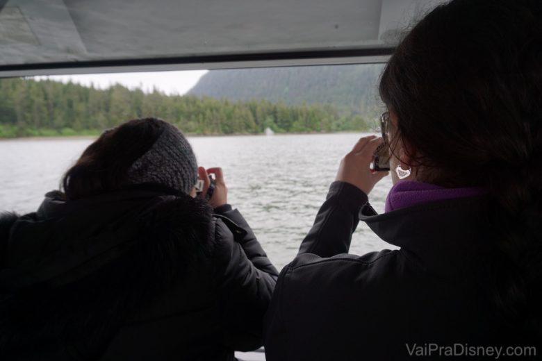 Eu e a Mon, tirando fotos das baleias, com nossas camêras normais.