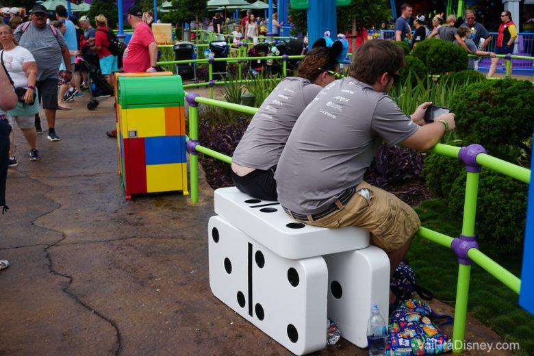 Pequenos detalhes (como banco de dominó) pra te fazer se sentir do tamanho dos brinquedos.