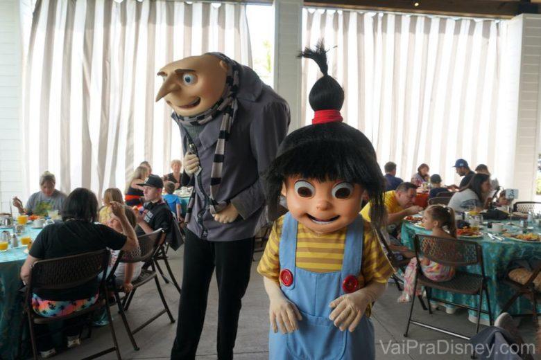 Foto do Gru com a filha Agnes passando entre as mesas para tirar fotos com os visitantes
