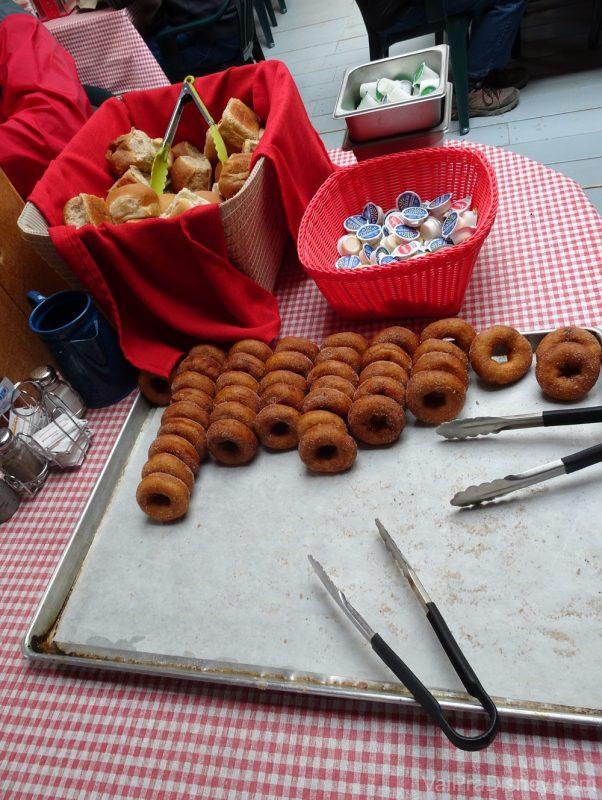 Foto dos pães e donuts do almoço durante o Yukon Discovery Tour