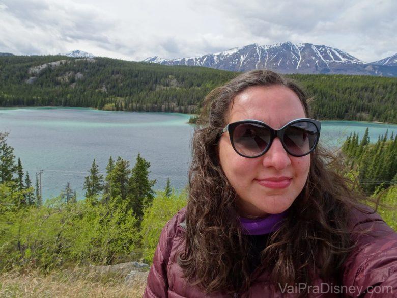 Foto da Monica em frente ao Emerald Lake