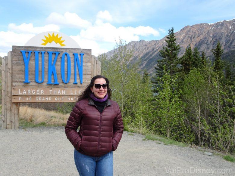 Foto da Monica em frente à placa do território de Yukon