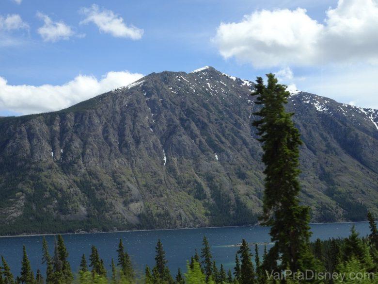 Foto da paisagem do Emerald Lake, no Alaska, durante o Yukon Discovery Tour