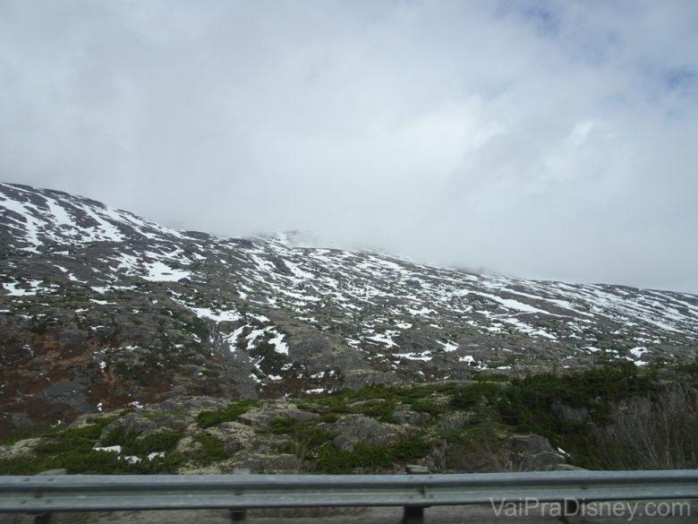 Foto de montanhas com neve durante o Yukon Discovery Tour