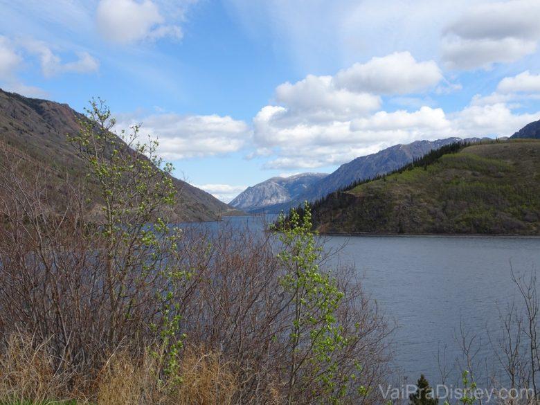 Foto da paisagem do Alaska, com o rio e as montanhas