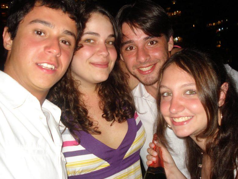 Foto de um zilhão de anos atrás! Que saudade desse bronze e dessa juventude! Foto do Henrique, Bia, Felipe e Renata mais novos, na época em que trabalharam na Disney