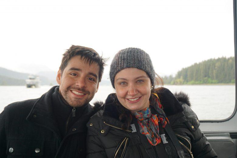 Tão difícil achar uma foto recente só nós dois hoje em dia! Praticamente todas as fotos trazem a Juju também! :) Foto da Renata e do Felipe sorrindo, com o mar ao fundo visto através de uma janela