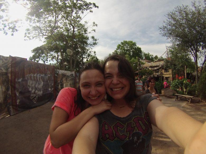 Felicidade de quem saiu ensopada do Kali River Rapids, lá no Animal Kingdom! Foto da Bia e da Renata sorrindo, com as árvores do Animal Kingdom ao fundo