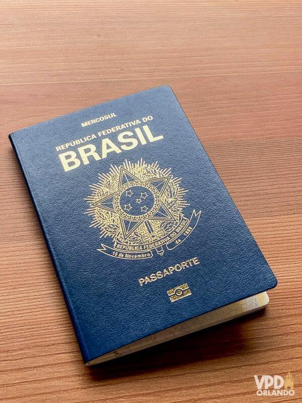 Passaporte brasileiro em azul, um gasto que não tem como economizar para viajar.
