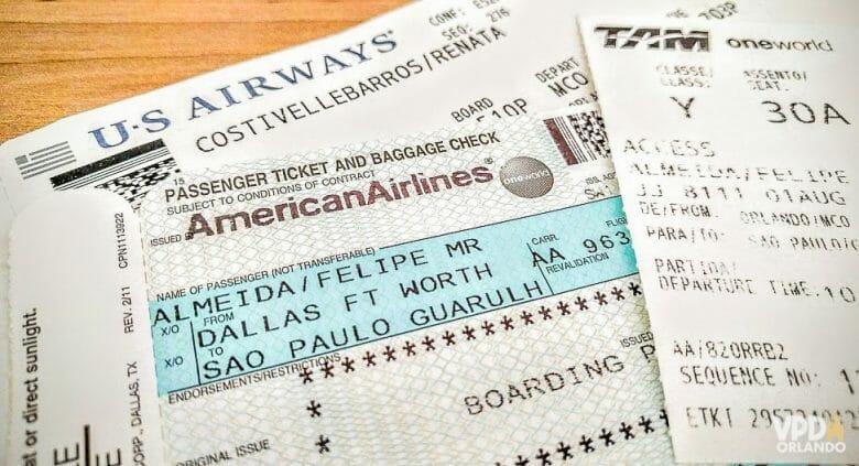 Imagem de cartões de embarque para Orlando. As passagens são uma boa oportunidade de economizar.