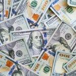 Imagem que mostra notas de dólar, para ilustrar o post sobre quanto custa viajar para a Disney.