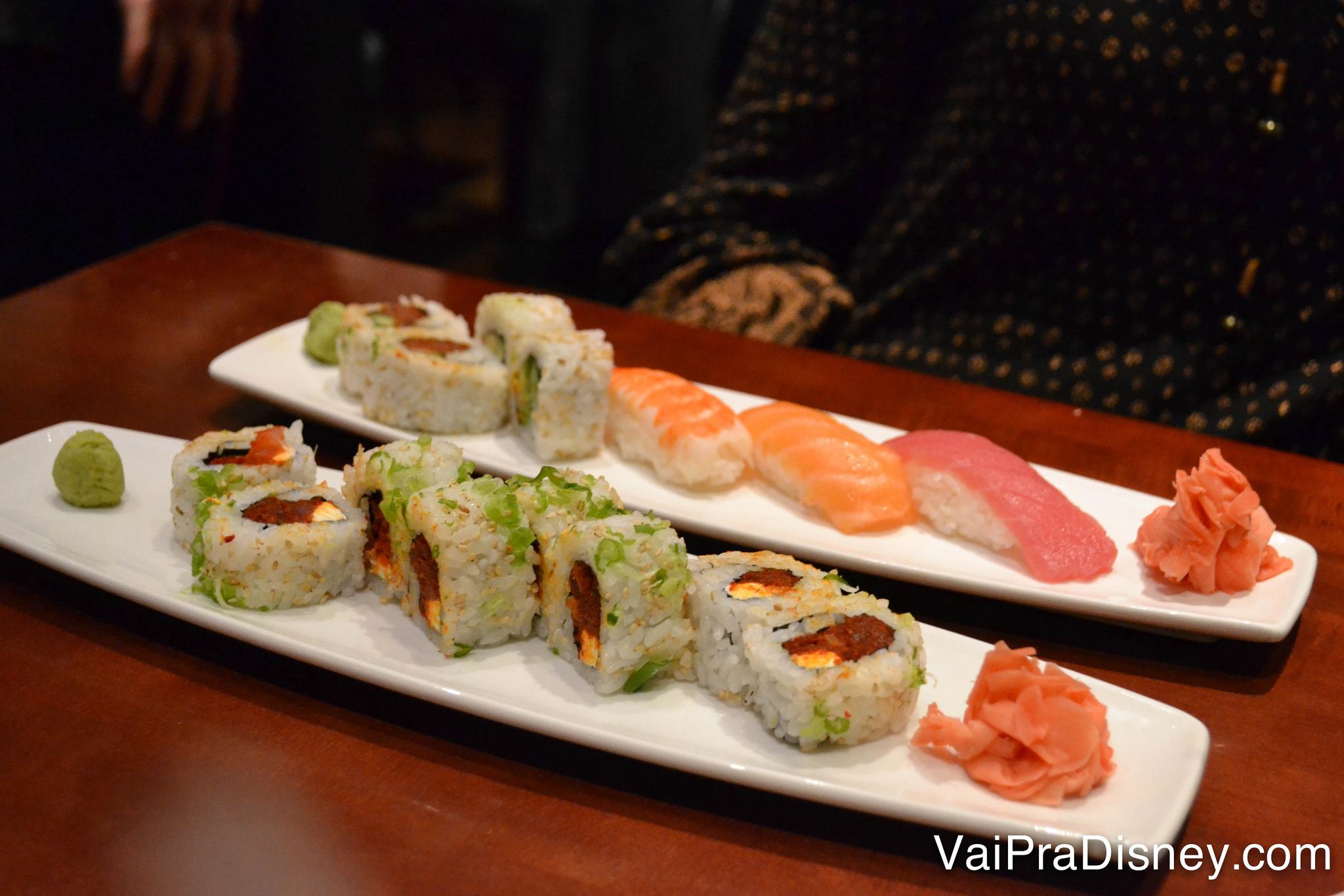 Foto de 2 pratos com os cos combinados de sushi do Tokyo Dining. Alguns são bem apimentados