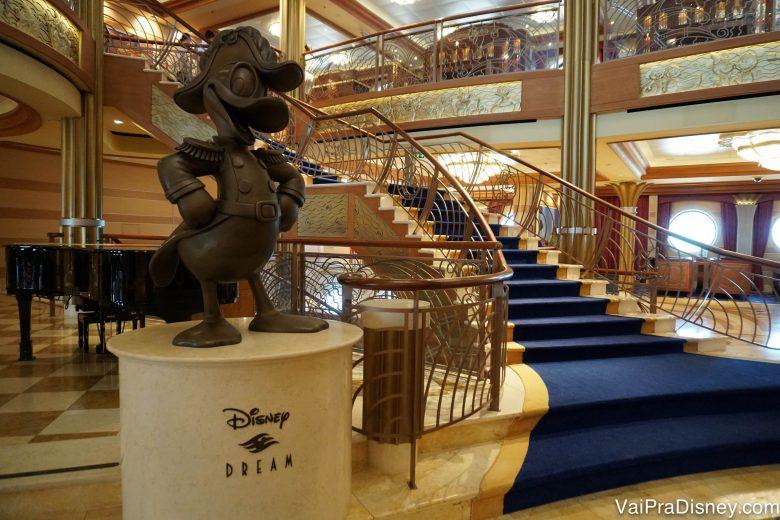 Cada navio tem suas características próprias, a começar pela estátua do átrio. Esse Donald fica no Disney Dream.
