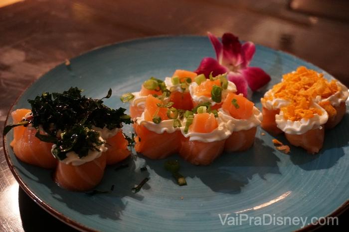 Sushi com couve, temaki, hot roll e shimeji no Hidden Sushi de Orlando