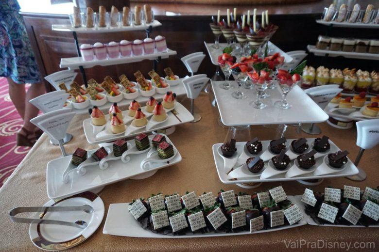Foto dos doces em uma das refeições pagas à parte no cruzeiro da Disney, o brunch do Palo