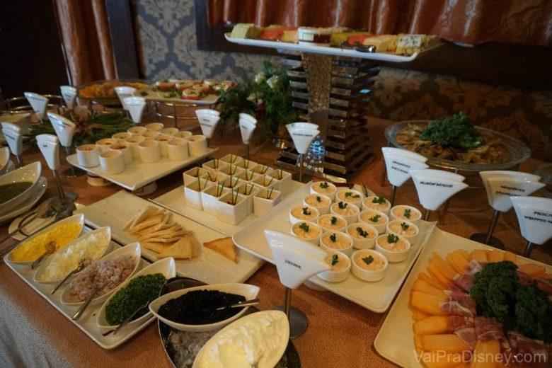 Foto de queijos, patês e outros em uma das refeições pagas à parte no cruzeiro da Disney, o brunch do Palo