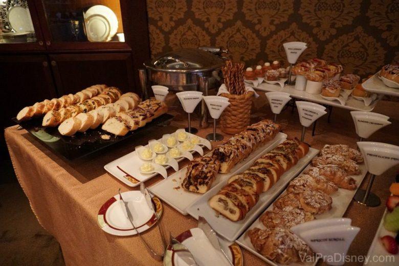 Foto de pães e croissants em uma das refeições pagas à parte no cruzeiro da Disney, o brunch do Palo