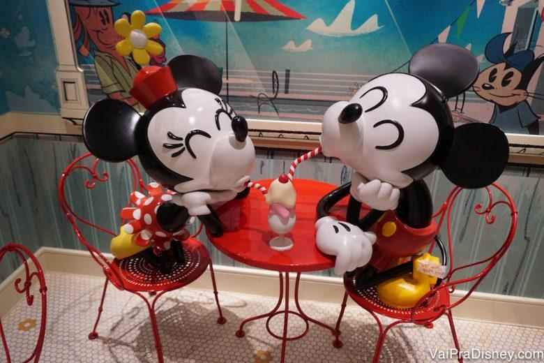 Foto do enfeite de uma das sorveterias do cruzeiro, que mostra o Mickey e a Minnie dividindo um sorvete