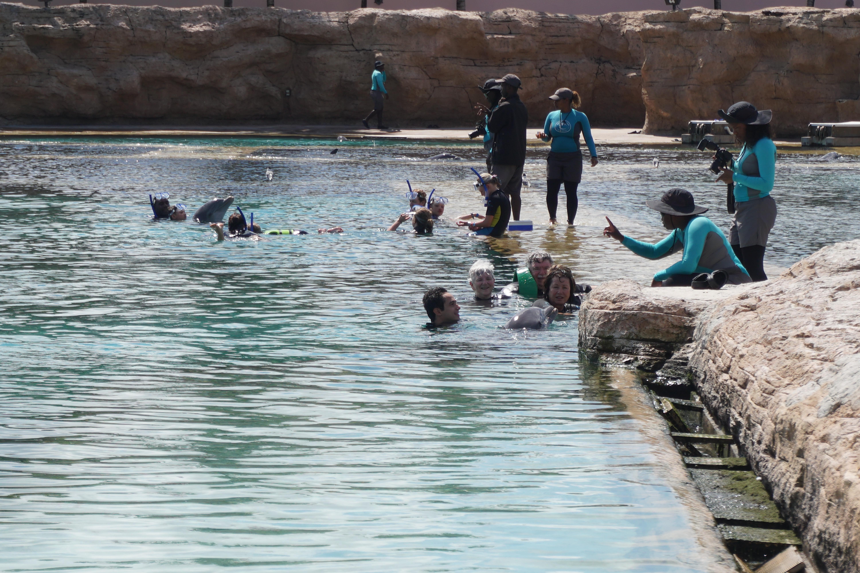 Foto dos visitantes no piscinão e as instrutoras na ilhazinha