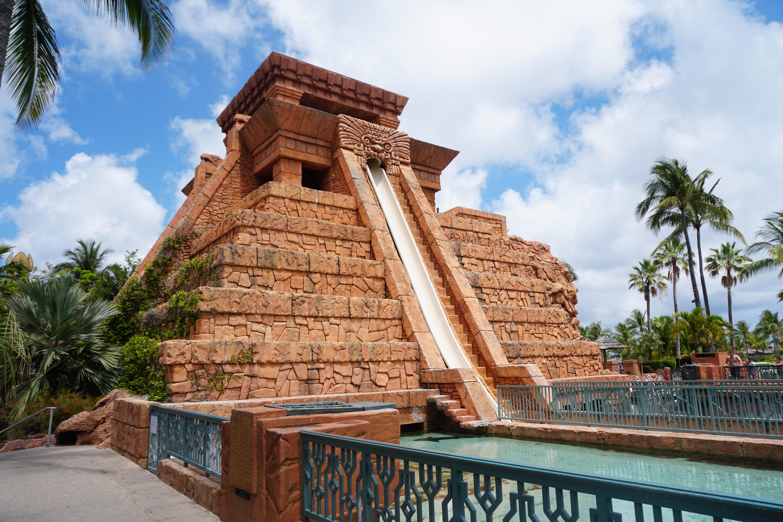 Foto de um dos tobogãs mais radicais do Aquaventure, imitando uma pirâmide maia