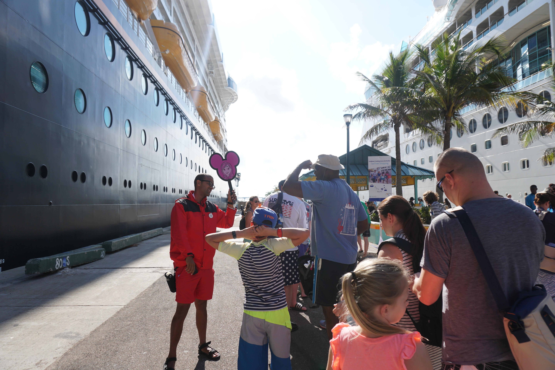 Saindo do navio já tinha a divisão de grupos para levar para o transporte. Super organizado.
