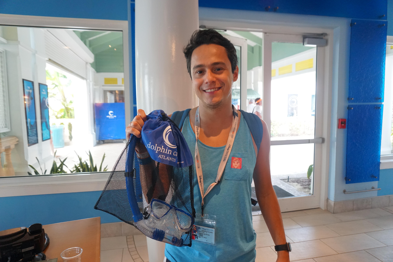 Foto do Henrique recebendo o kit de snorkel, que é brinde e pode levar pra casa