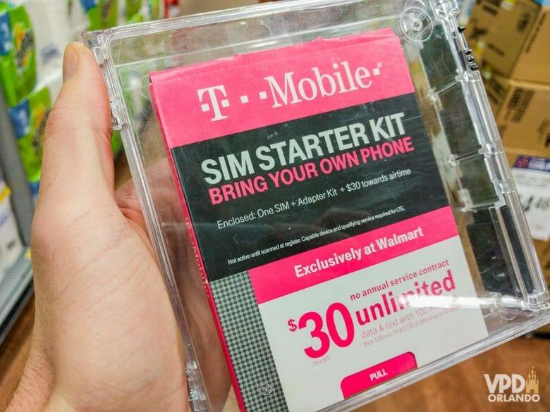 Internet ilimitada com o chip comprado em um supermercado de Orlando. Foto de uma embalagem de chip de celular americano