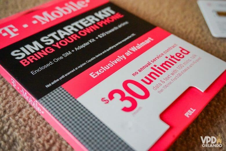 Caixa de um chip de dados da empresa T-Mobile. A caixa tem detalhes em rosa, preto e branco, e traz informações do funcionamento, conteúdo da embalagem e o preço, que é de 30 dólares.