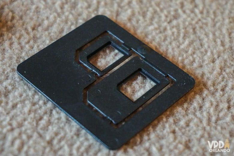 Não se esqueça de ver certinho o tamanho do chip do seu aparelho antes de comprar! Foto da embalagem interna do chip de celular, onde o microchip vem encaixado