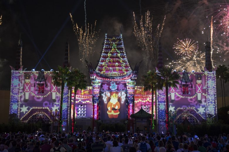 Ano novo no Hollywood Studios: também tem celebração! Foto: Divulgação Disney. Foto mostrando um show de projeções no teatro Chinês e fogos de artifício, no Hollywood Studios