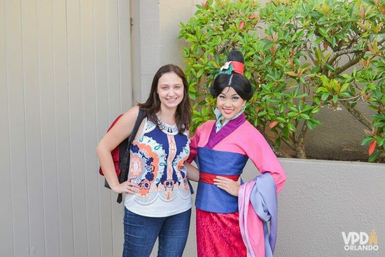 Foto da Renata com a Mulan no Character Palooza. Os personagens andando mais soltos pelo parque é algo que também deixou saudades em quem ia para a Disney há alguns anos.