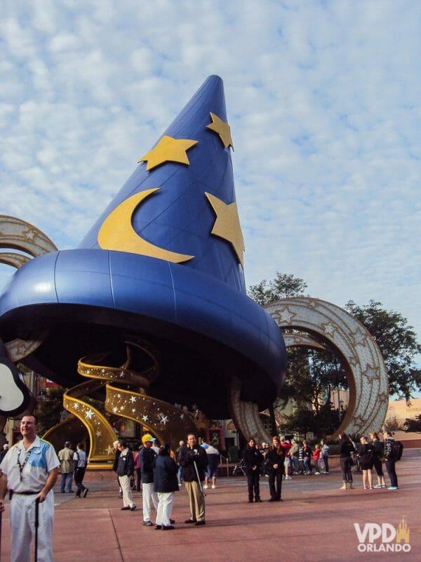 Foto do chapéu do Mickey Feiticeiro que ficava na entrada do Hollywood Studios antigamente. Foi uma boa mudança, mas temos saudades