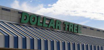 Foto da fachada da loja Dollar Tree em Orlando, que tem um toldo listrado em azul e branco e o nome da loja em letras verdes.