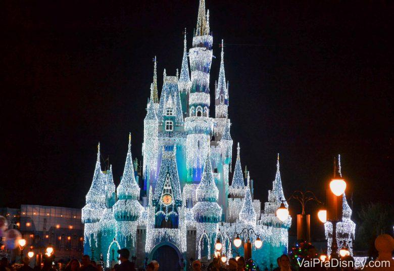 O castelo da Cinderela fica lindo nessa época!