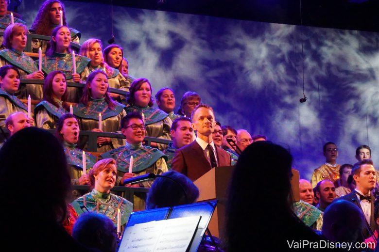Neil Patrick Harris de narrador! Destaque para o moço atrás dele que passou a cantata toda sorrindo pras fotos. Espertinho!