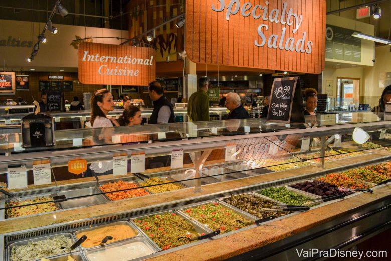 Buffet de pratos quentes para levar. Tem bastante opção para quem não quer fazer a ceia.
