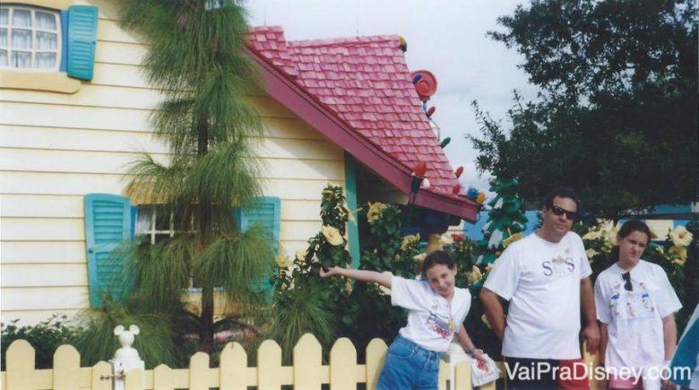 Foto da Renata com a família em frente à casa do Mickey na antiga Toontown