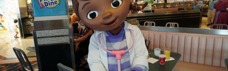 Eu amo a Doutora Brinquedos, acho o desenho mais bonitinho do Disney Junior! Super forço a barra, mas a Juila ainda gosta mais da princesa Sofia.