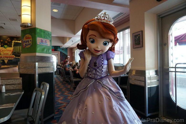 A Julia sempre imita essa pose da princesinha Sofia! hahaha