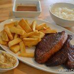Foto do prato do Ana's Kitchen com arroz, batata, picanha, farofa e molho, uma alternativa para quem viaja com criança chata para comer.
