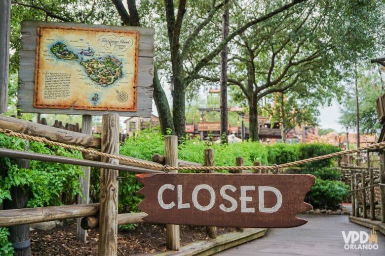 Imagem mostrando uma placa escrito Closed, indicando que uma das atrações do parque está fechada para manutenção.
