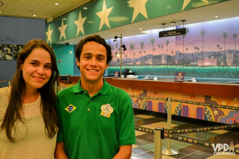 Bia e Hike posando no hotel All Star, quando trabalharam como Super Greeters na Disney.