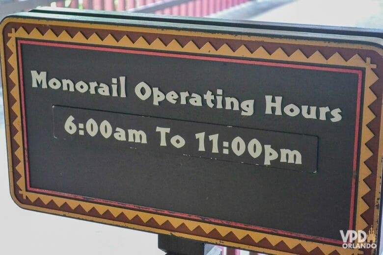 Fique atento ao AM e PM nos horários em inglês. Foto da placa com os horários de funcionamento do monorail.