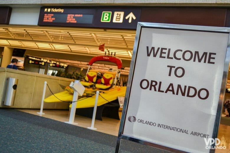 """Montar um pacote pra viajar para Orlando não é um bicho de 7 cabeças! Foto de uma placa no aeroporto de Orlando, onde está escrito """"Welcome to Orlando"""""""