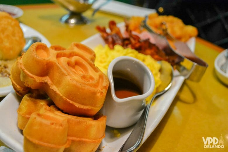 Garden Grill no Epcot: restaurante chamado de Family Style em inglês. Foto do prato na refeição do Garden Grill, com os waffles do Mickey em primeiro plano.